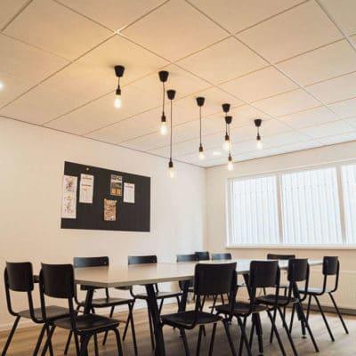 Wat-is-een-doorzaksysteemplafond--voorbeeld-met-verlichting