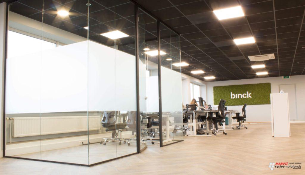 Kantoorinrichting met systeemplafond en glazen wanden