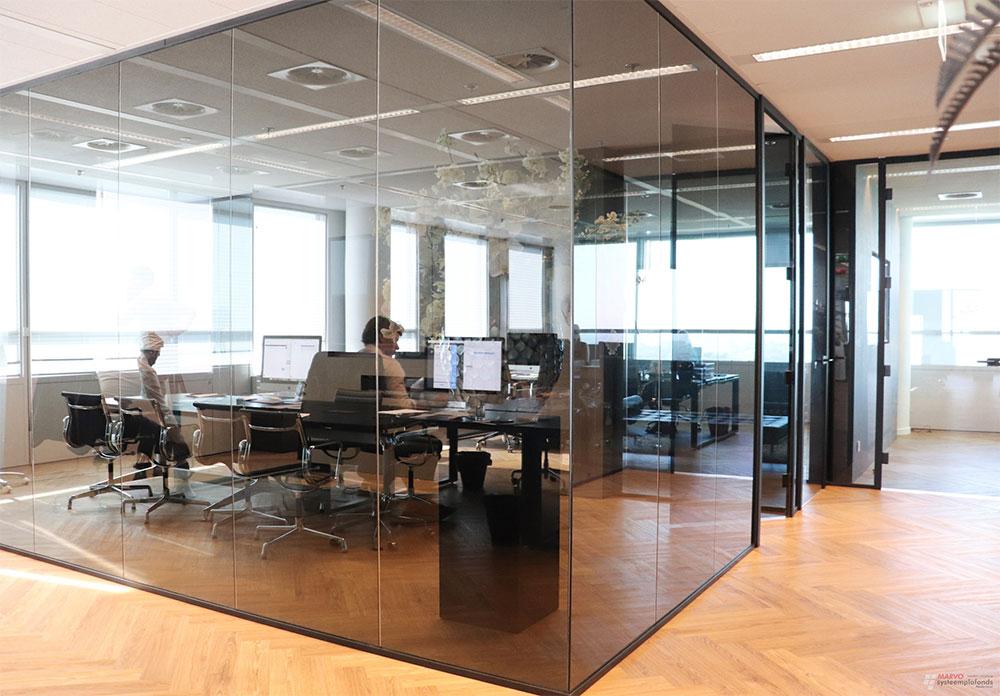 Inrichting-kantoorpand-met-hardglazen-wanden