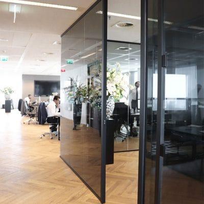 Hardglazen wanden in kantoren